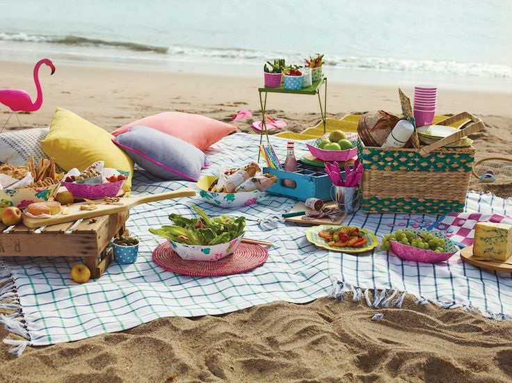 Impress your guests with picnic on the beach.