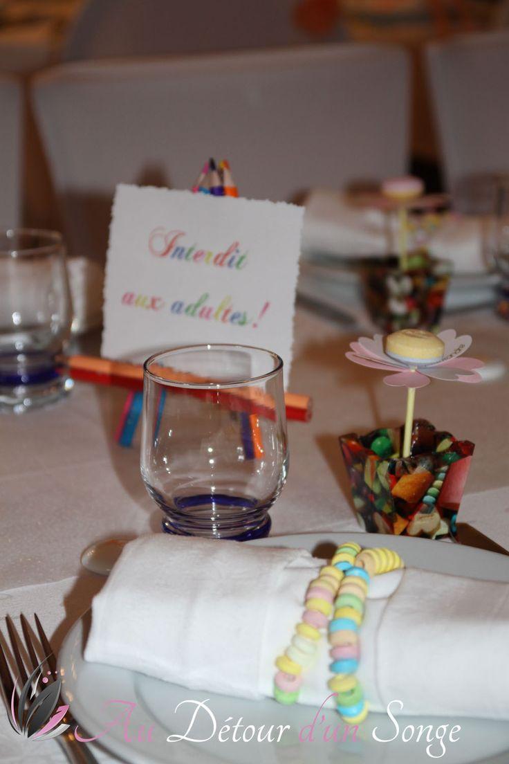 Décoration de la salle du repas Table des enfants Couleurs blanc et saumon www.audetourdunsonge.fr