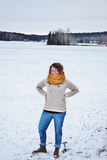 Åkrarna ligger knaggligt frusna under snön, svåra att gå på när vi vinglar fram i jakt på en bra fotobakgrund, och allt är omsvept av jan...