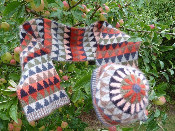 Stickpaket - Dubbelstickad halsduk och mössa, små granar - röd | AngoraGarnet Rörmyr HB