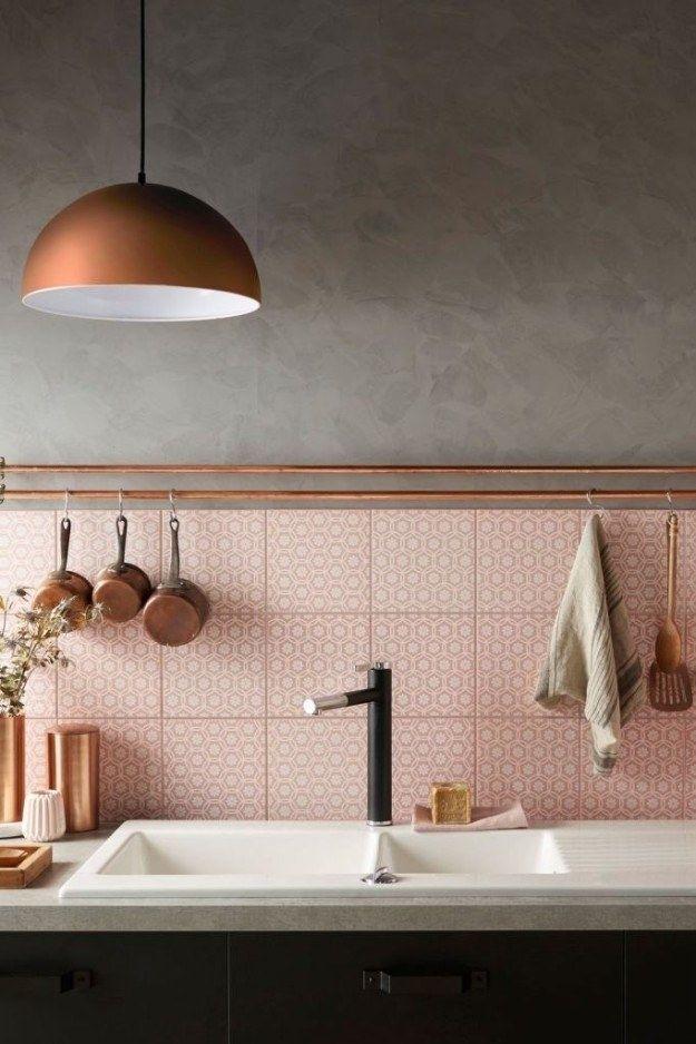 Dieses einfache Waschbecken mit einem rosa-weißen Fliesenspiegel, der alle anderen Fliesenspiegel in den Schatten stellt.