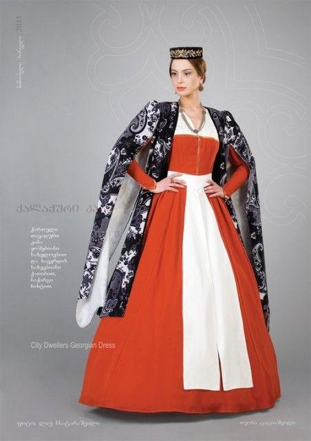 Городское дворянское женское платье с расклешенными рукавами и бархатной накидкой, белым кушаком. Чихти - головной убор - расшит вручную золотом. Грузия