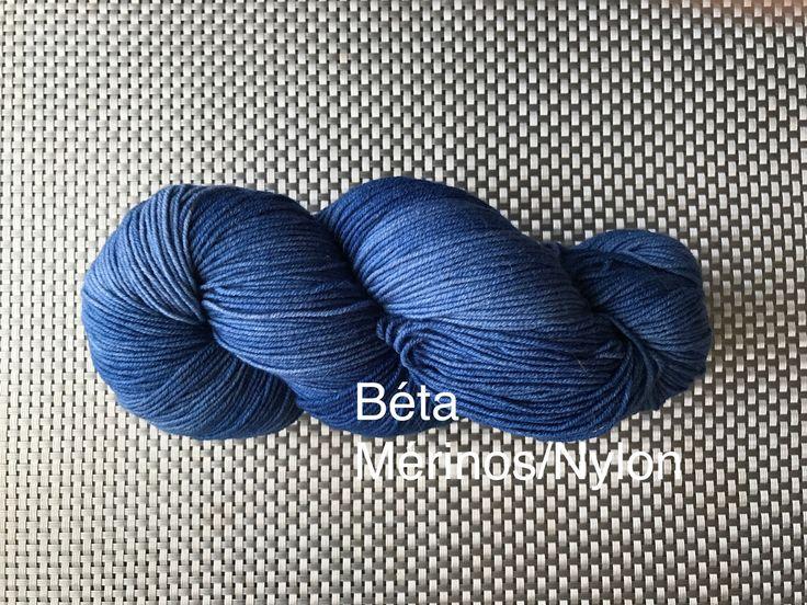 Béta, laine à bas teinte à la main, bleu océan, grosseur fingering, mérinos et nylon, 115g de la boutique EmmaHDesign sur Etsy