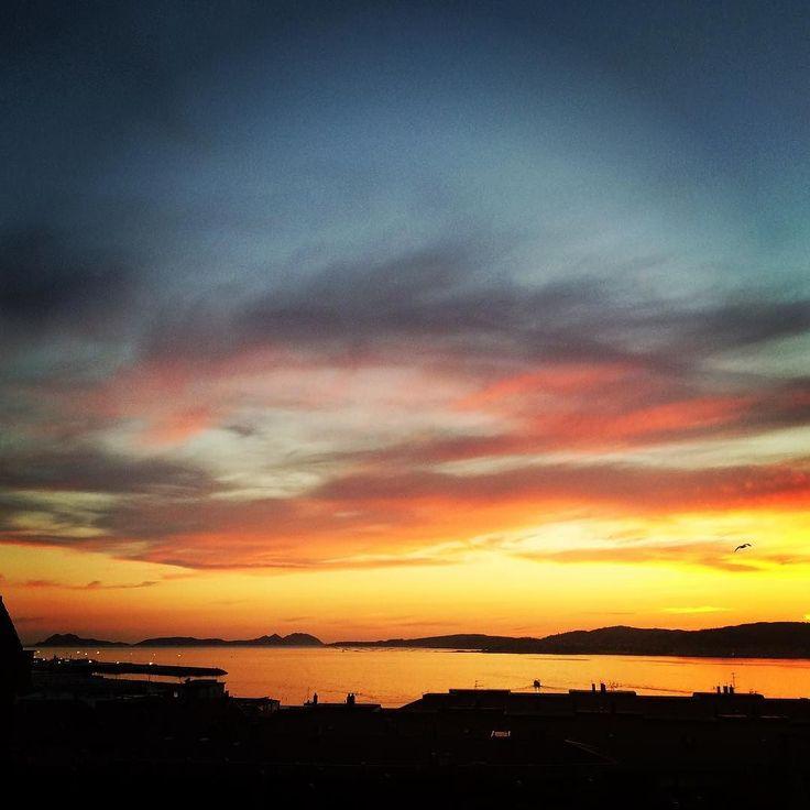 Tiempo de #Atardecer #sunset #sun #pretty #beautiful #red #orange #pink #sky #skyporn #cloudporn #nature #clouds #horizon #photooftheday #instagood #gorgeous #warm #view #night #silhouette #instasky #all_sunsets #vigo #igerspontevedra #Galicia #islascíes #sea