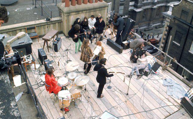 Los Beatles ofrecen su último concierto. El evento tiene lugar en Londres, en la azotea del edificio donde Apple tenía sus oficinas. En los cuarenta minutos de actuación, al cuarteto le acompaña Billy Preston. La policía intenta parar el inesperado show, ante la avalancha de curiosos que circunda el edificio y que ha interrumpido el tráfico en el barrio. El grupo comenzó con 'Get back' y cerró con una versión de la misma canción, ahora sí, abortada con éxito por la policía. Fue la última vez…
