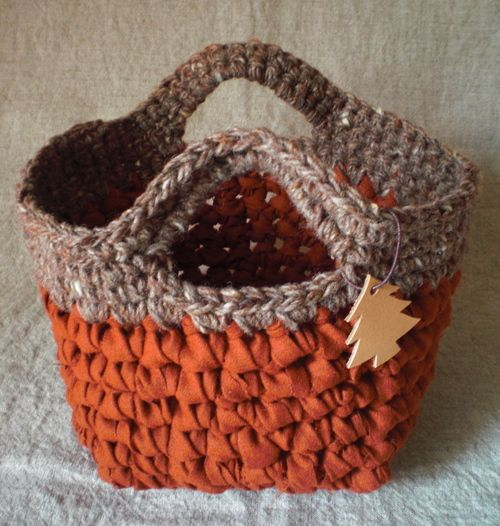 Crochet basket - no translate option, but an easy one to duplicate without instructions. Fabric & yarn crochet.
