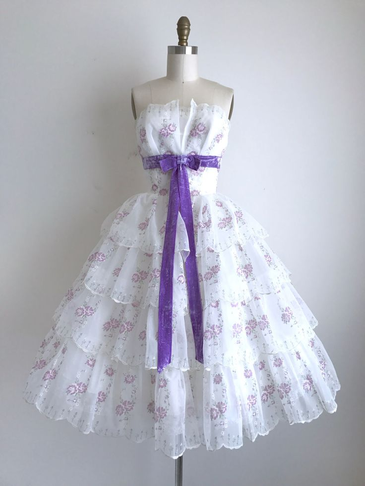 Vintage jaren 1950 partij jurk Deze gelaagde jurk is pure gevlekt nylon. De boog is Paars velours. De rok heeft drie lagen (acetaat voering, middenlaag van tulle, en gelaagde overlay) en het over een crinoline afgebeeld. De jurk heeft een metalen rits in de rug voor sluiting.  ◊ METINGEN ◊ Bust: 34 1/2-35 inch Taille: 25-25 1/2 inch Hip: gratis Bovenaan (top van buste aan taille) lengte: 11 inch Lengte: 38 inches  ◊ ◊ LABEL geen  ◊ VOORWAARDE ◊ uitstekende _____________________  ◊ ...