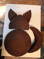 DIY: How to construct a cat cake from round cakes.
