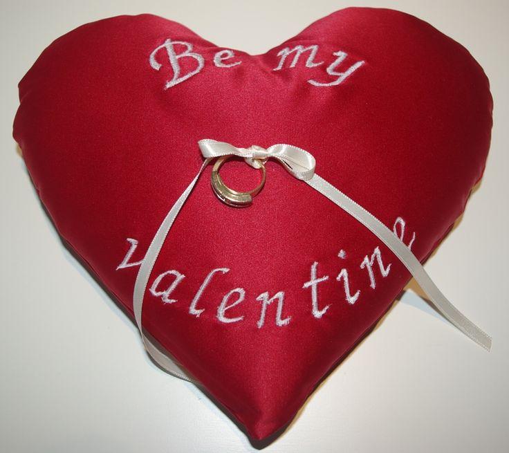 Ga je je geliefde ten huwelijk vragen op Valentijnsdag? Geef je aanstaande dan een mooie ring op dit ringenkussentje. De rode is op voorraad. Maar als het een andere kleur moet worden, of een andere tekst, dan kan dat ook. 19,95. Kijk ook op bruidskindermode.nl of reageer op deze foto. Valentijnsdag, huwelijk, trouwen, bruiloft, ja-woord.