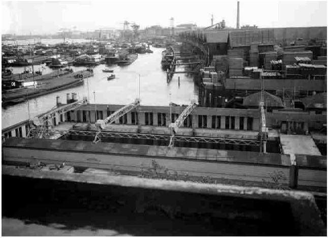 Zwembad Mallegat, aan het eind van de Oranjeboomstraat nabij de gasfabriek. Dit zwembad werd in 1922 geopend en was mede bedoeld voor de bewoners van Feijenoord. Het bestond uit 3 bassins met een gezamenlijk oppervlak van 650 m², die in open verbinding met de rivier stonden. Er werd in de rivier gezwommen, maar bewaakt. Er waren 131 kleedkamers.Ook gebruikt voor schoolzwemmen door de Nicolaas Witsenschool. Verdwenen jr. '60. (vervuiling)