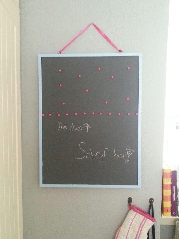 Prikbord met schoolbordverf beschilderd: nu 2 in 1