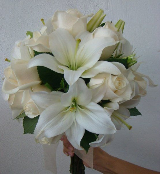 White bouquet roses and lilies