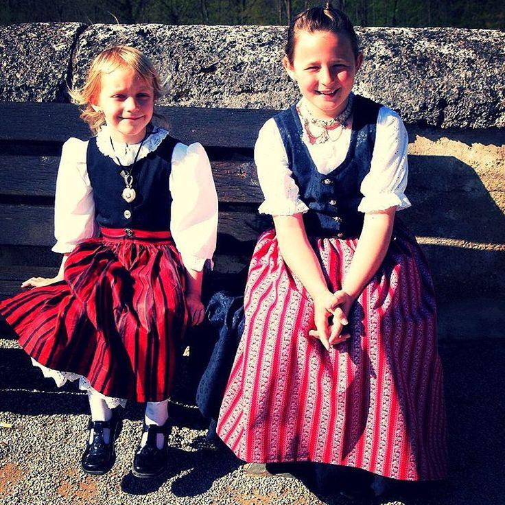Niñas campesinas de región de Baviera (Alemania)... #cibervlachoimagenesdelmundo Visita mi Blog: http://cibervlacho.blogspot.com