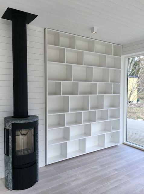 Platsbyggd bokhylla + kamin #sommarhus #fritidshus #naturmaterial #skandinaviskdesign #skandinaviskarkitektur #kamin #bokhylla
