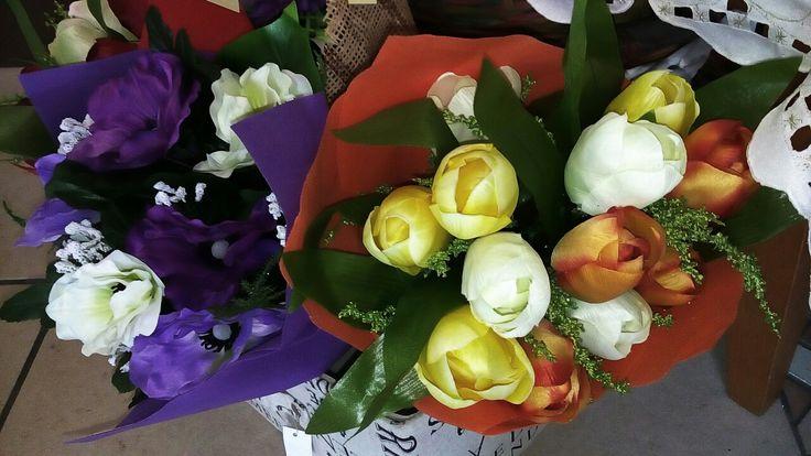 Mazzi colorati con fiori artificiali