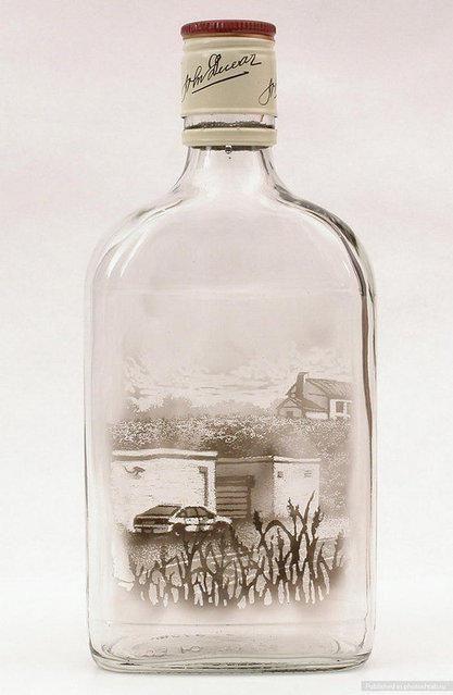 """This Artist Creates Stunning Paintings With Q-Tips And Smoke """"As garrafas adicionar às narrativas implícitas de transgressão. Quando encontrado pelos lados de estradas ou no mato perto das bordas de estacionamentos, garrafas de bebidas alcoólicas vazias são artefatos de consumo, prazer, ou temor."""""""