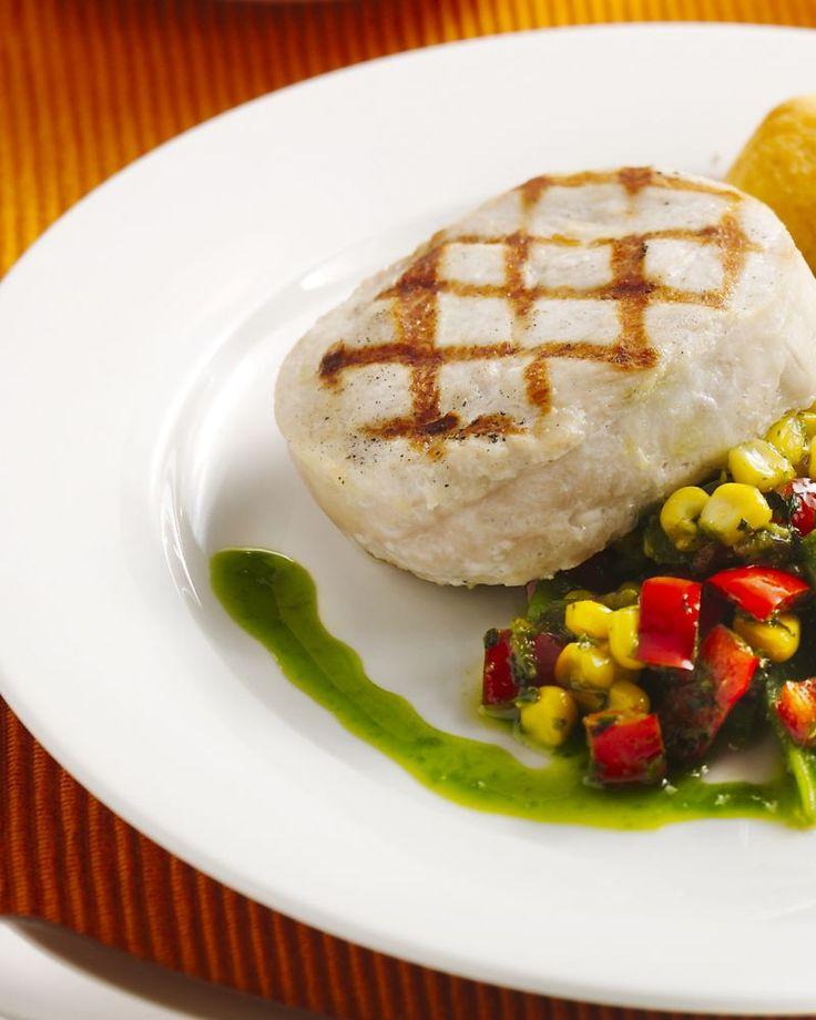 Deze gegrilde kalkoenlapjes zijn heerlijk met een lauwe maïssalade, op smaak gebracht met zure room en pesto. Lekker geserveerd met een gebakken patatje.