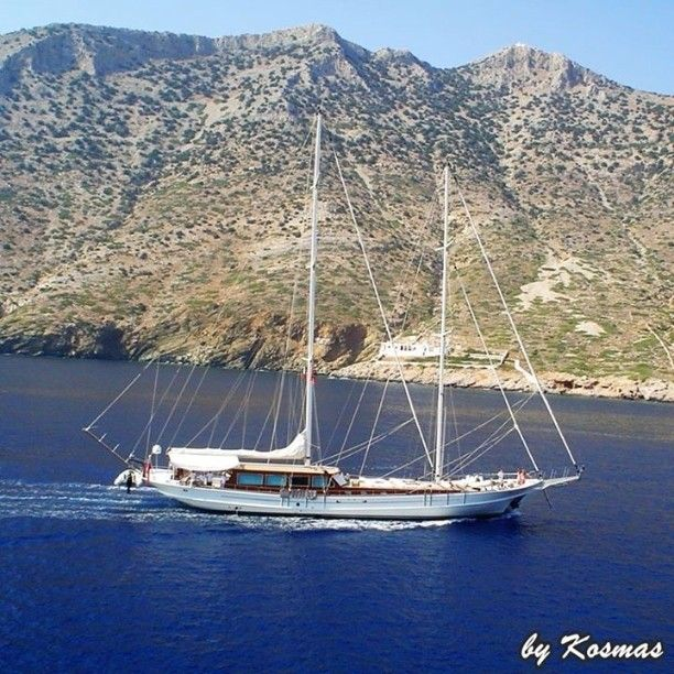 Awesome sailboat arriving at the port of Sifnos island. Photo from our short trip to Sifnos in 2009.  #ship #sealife #sea #ships #ocean #nature #ilovesea #blue #summer #summervacations #shiptravel #instagrampics #sailboat