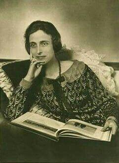 Louise kam als Prinzessin Louise von Battenberg zur Welt. Sie war die Tochter des PrinzenLudwigLouisvon Battenberg(1854–1921) und seiner Gattin PrinzessinViktoria von Hessen-Darmstadtund bei Rhein (1863–1950), älteste Tochter des GroßherzogsLudwig IV.und PrinzessinAlice von Großbritannien und Irland. Ihre Großeltern väterlicherseits waren PrinzAlexander von Hessen-Darmstadtund GräfinJulia Hauke; spätere Fürstin von Battenberg.