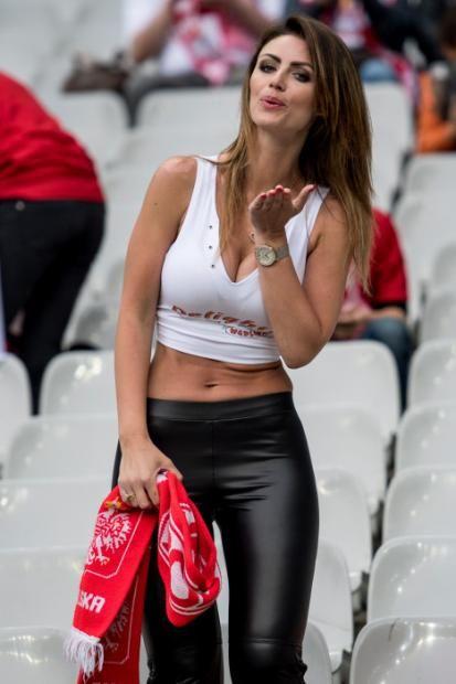 Une Polonaise simplement vêtue lors du match Allemagne-Pologne.