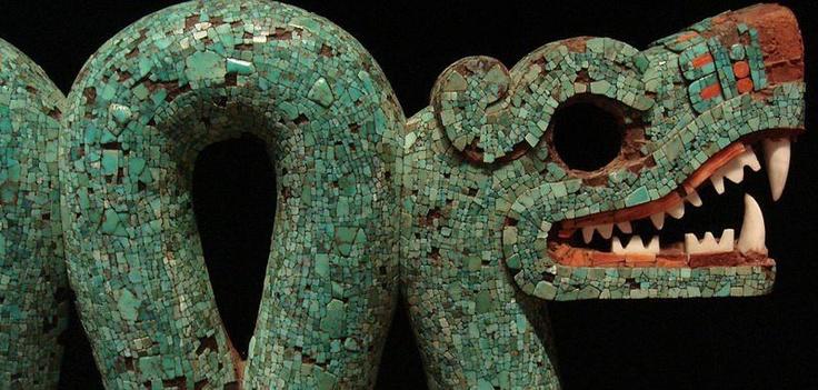 Serpente a due teste, Messico, 1400-1521 d.C. British Museum  Il serpente a due teste è un tema ricorrente nelle culture mesoamericane. Quest'oggetto in legno, rivestito di turchesi con conchiglie bianche e rosse usate per bocca e occhi, faceva originariamente parte probabilmente di ornamenti indossati durante cerimonie rituali ed è stato realizzato dagli artisti aztechi per la corte reale.