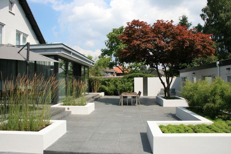 Moderne tuin met strakke elementen bekijk ook de toegangspoort die bij deze tuin behoort for Tuin modern design