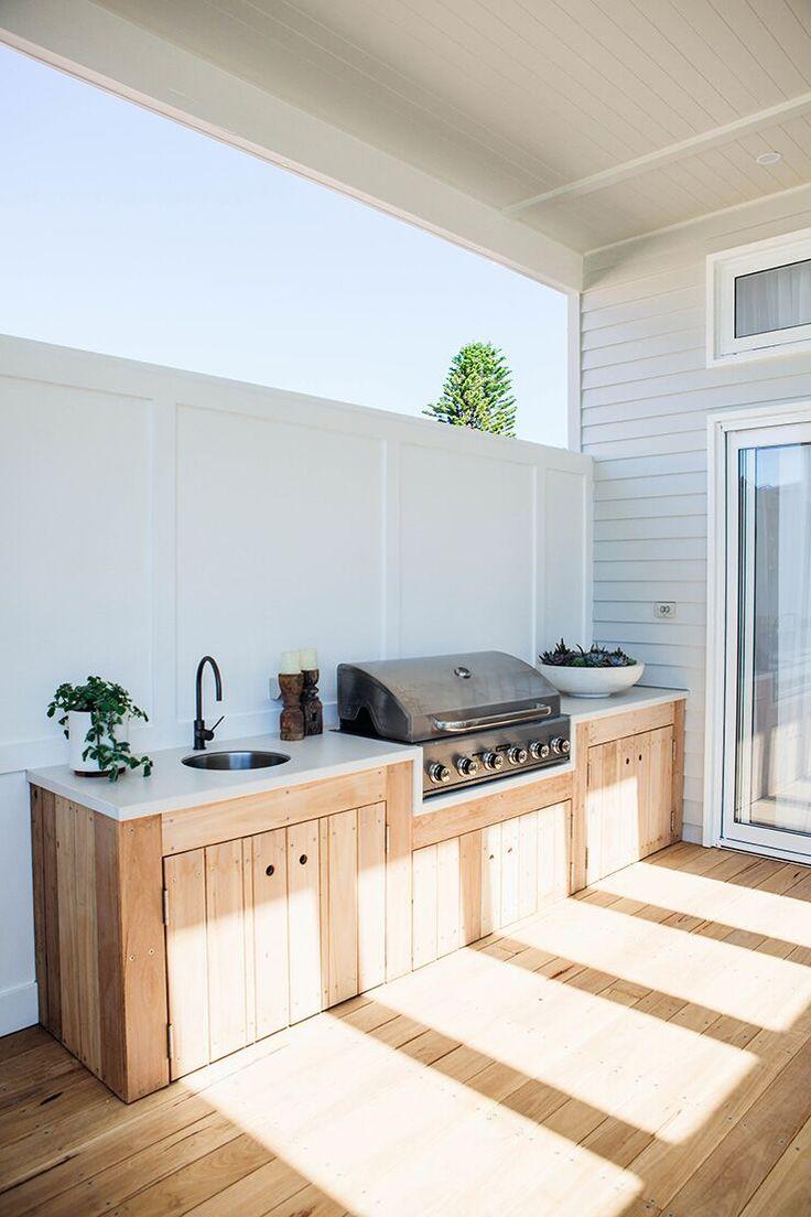 eine Außenküche mit voll integrierten Geräten, Blackbutt