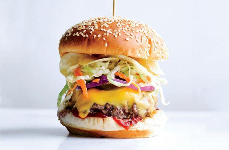 Бургер по рецепту сети Bobby's Burger Palace   Ингредиенты:  Салат колсло: Майонез – 100-120 гр Яблочный уксус – 1 ст.л Тертый лук – 1 ст.л Сахар – 2 ч.л Семена сельдерея – ½ ч.л Морковь – 1 шт Половина небольшого кабачка Кошерная соль, молотый перец  Соус чипотле: Кетчуп – 100-120 гр Рубленый перец чипотле – 1 ст.л Кошерная соль, молотый перец  Бургеры: Говяжий фарш – 700-800 гр Растительное масло – 2 ст.л Американский сыр – 8 ломтиков Булочка с кунжутом – 4 шт Красный лук, маринованные…