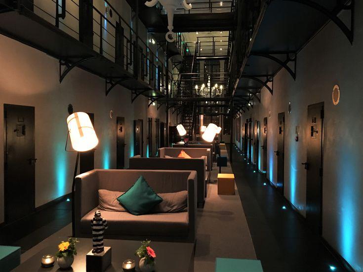 Dineren en slapen in een voormalige gevangenis: dat kan in het Arresthuis in Roermond. Tot 2006 was het nog in functie en nu ishet prachtig gerenoveerd tot hotel-restaurant. Je loopt er vanaf het treinstation of de winkelstraat in een paar minuten naartoe.  Als je alleen gaat dineren, neem dan echt even de tijd om rond te kijken