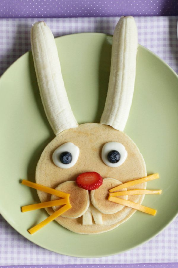 Ein niedlicher Bananen-Pancake für Kinder zum Frühstück. | Flip up some fun for Easter Sunday with this easy Easter Bunny Pancake How-To!
