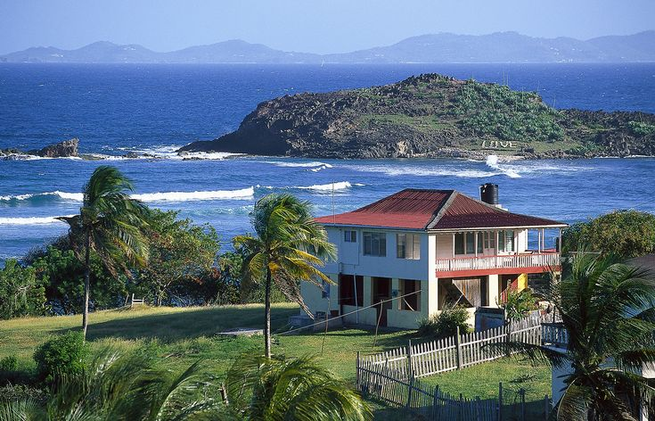 A house on Friendship Bay in Bequia © Hauke Dressler / LOOK-foto / Getty Images