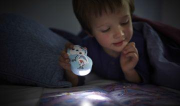 Deze Disney Frozen zaklamp van Philips zorgt dat uw kind 's nachts iets kan zien of tijdens spelletjes in het donker. Deze kleurrijke lamp blijft koel, is kindvriendelijk en is zo ontworpen dat kleine kinderhandjes hem gemakkelijk kunnen vasthouden.