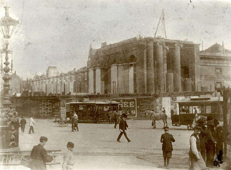 Amsterdamse Beurs voor Koophandel. Sloop van de oude beurs (Beurs van Zocher) aan het Damrak, op de plaats waar nu warenhuis de Bijenkorf staat, 1903.