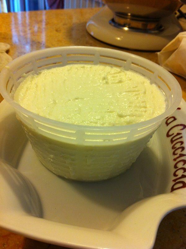 ............era veramente tanto tempo che volevo cimentarmi nella realizzazione del formaggio fatto in casa, mi sono documentata e ho fatto vari esperiment