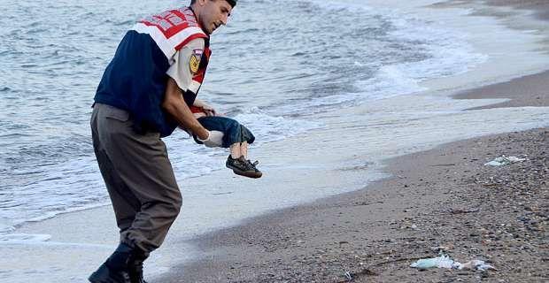 Νέα «τραγωδία Αϊλάν» στο Αιγαίο: 4χρονο κοριτσάκι ξεβράστηκε στον Τσεσμέ