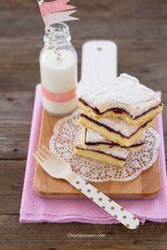 Se siete alla ricerca di una torta facilissima e goduriosa siete nel posto giusto, la Torta Slava diventerà un vostro cavallo di battaglia, il dolce che farete e rifarete! Una base di morbida pasta frolla, uno strato della vostra confettura preferita e per completare una soffice meringa... un d