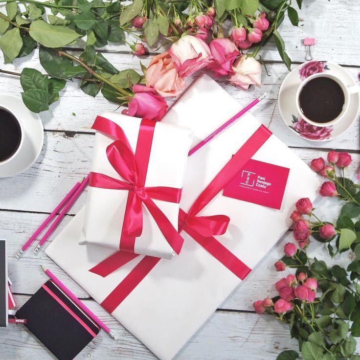 Wiecie że wszystkie nasze kalendarze i planery są pakowane tak pięknie że można je od razu komuś podarować w prezencie? Do każdego zamówienia dostajesz też ołówek motywatorek i moje podziękowanie za zakup. Link do zakupów w bio #psc #paniswojegoczasu #prezent #gift #gifts #giftshop #planerpsc #planer #kalendarzpsc #kalendarz #planneraddict #plannergirl #plannerlove #coffee #coffeeaddict #roses