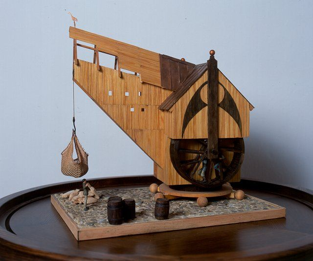 A model of a medieval harbour crane (photo by Ewa Meksiak, the Central Maritime Museum).