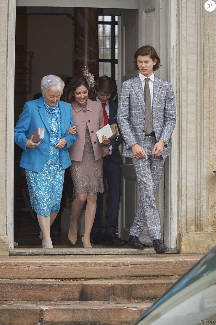 La comtesse Alexandra de Frederiksborg, sa mère Christa Manley, son fils aîné le prince Nikolai et (au second plan) son fils cadet le prince Felix de Danemark lors de la confirmation de ce dernier en la chapelle du palais de Fredensborg le 1er avril 2017.