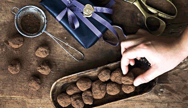 Blandingen af lakrids og chokolade er skøn. Køb lakridspulver i helsekosten eller i velassorterede supermarkeder. Få opskriften på de skønne lakridstrøfler her
