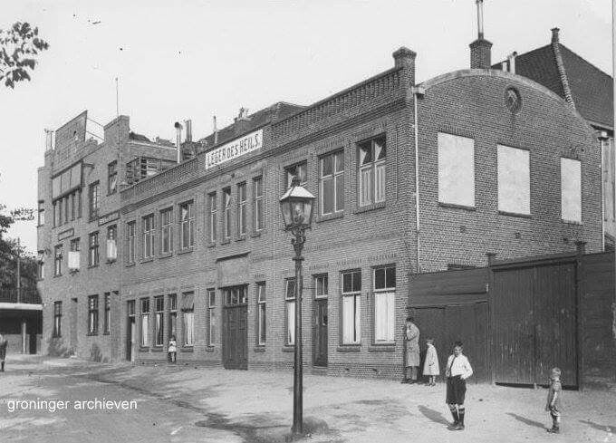 Viaductstraat 1, met het pand van het Leger des Heils aan Hereweg 7, 1931