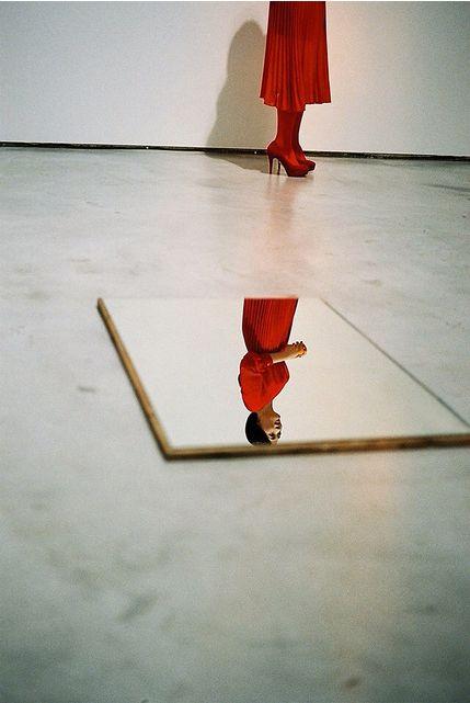 WO AND WÉ: intérieur Un effet d'optique tout à fait intéressant, grâce au travail photographique réalisé à travers le reflet du miroir