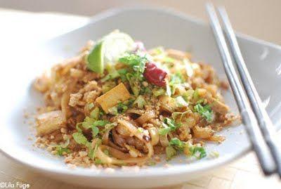 Nem+csak+az+én+egyik+kedvenc+klasszikusom+a+thai+pirított+tészta+(Pad+Thai),+hanem+az+egyik+legnépszerűbb+thai+étel,+egy+igazi+export+termék,+amit+azok+is+ismernek,+akik+nem+jártak+soha+Thaiföldön.+Ha+másképpen+nem,+legalább+dobozos+formában.+Kis+hazánkban+nem+sikerült+még+belőle+jót+ennem,+kivéve,+ha+magam+készítem+és+ez...