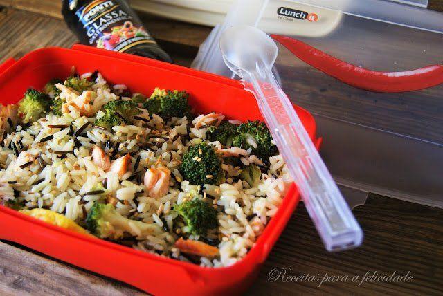 Salada de Arroz Selvagem com Brócolos e Salmão - http://gostinhos.com/salada-de-arroz-selvagem-com-brocolos-e-salmao/