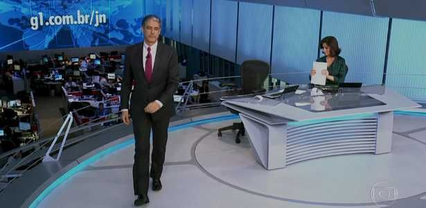 William Bonner se levanta da bancada antes da hora e vira piada