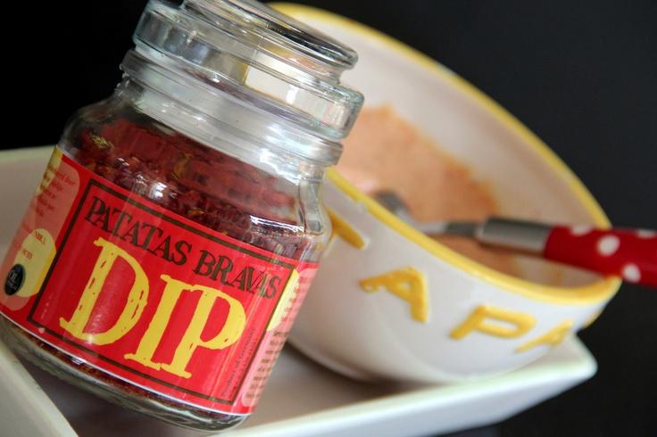 Patatas Bravas Dip, deze kant-en-klare kruiden  eerst even aanmengen met wat warm water en hierna wat mayonaise en/of kwark toevoegen. Heerlijk over gebakken aardappels, maar ook lekker als dip!
