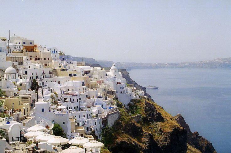 Grecia tiene una isla para cada tipo de #viajero: #Santorini cuenta con la #Playa de Perivolos, Monolithos, Playa perissa o Kamari Beach, un lugar oara los turistas más jóvenes un ambiente cosmopolita.
