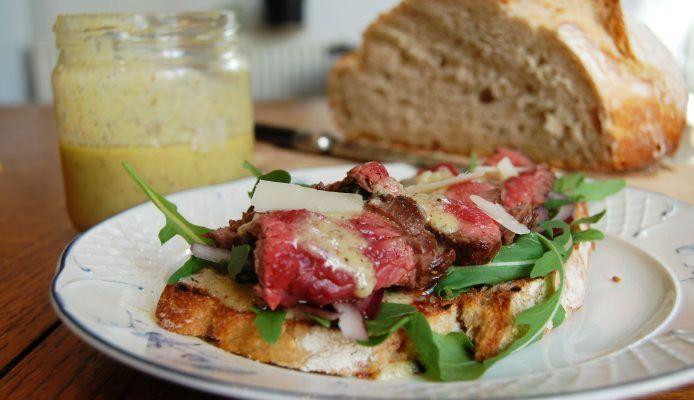 Culy Homemade: broodje steak met dressing van Parmezaanse kaas – Culy.nl