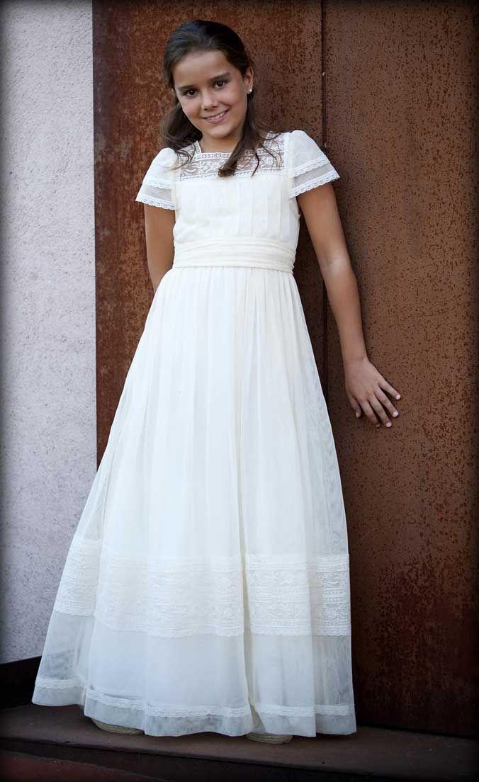 La  colección de vestidos de Primera Comunión, sigue con la línea habitual del Taller de Teresa Palazuelo, haciendo hincapié en el estilo romántico, innovador y de tradicional calidad para todos los diseños.