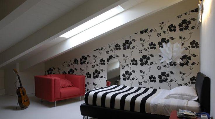 Restyling di un appartamento. Quando l'arredo trasforma l'architettura | RistrutturareOnWeb #appartamento #boiserie #legno #camino #terrazzo